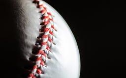 Baseball på en svart bakgrund i en makro, fritt utrymme royaltyfri bild
