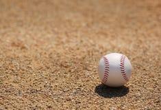 Baseball på fält Arkivbild