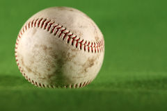 Baseball på gräs Arkivfoton