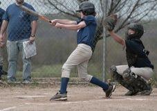 baseball pałkarz uderzeń kijem chłopcze Zdjęcie Stock