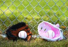baseball Palle in guanti su erba verde Femmina contro il maschio Immagine Stock Libera da Diritti