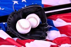 Baseball rüsten sich auf amerikanischer Flagge aus stockfotografie