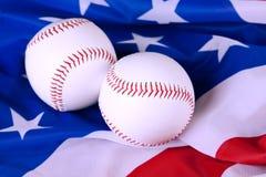 Baseball rüsten sich auf amerikanischer Flagge aus lizenzfreie stockfotos