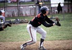 Baseball-Spieler bereitet vor sich mit dem Kopfe zu stoßen stockfotos