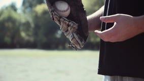 Baseball-Spieler, der Ball in Handschuh wirft stock footage