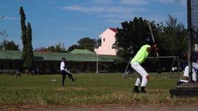 Baseball-Spieler werden rigoros für ankommende der athletischen Sportveranstaltungen ausgebildet Allgemeines Ereignis stock footage