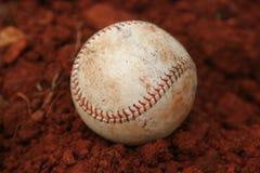 Baseball in sporcizia rossa Fotografia Stock