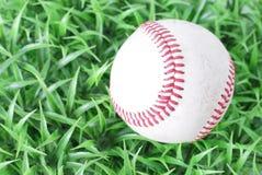 Baseball su erba Immagine Stock Libera da Diritti