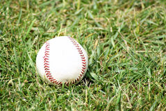 Baseball sull'erba Fotografia Stock