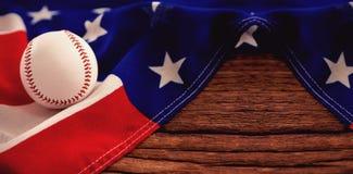 Baseball sulla bandiera americana alla tavola Fotografia Stock Libera da Diritti