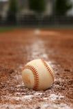 Baseball sulla riga di gesso Fotografie Stock