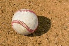 Baseball sulla sporcizia dell'infield fotografia stock libera da diritti