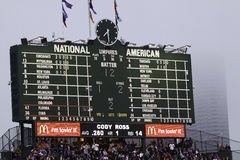 Baseball - tabellone segnapunti famoso del campo del Wrigley immagini stock libere da diritti