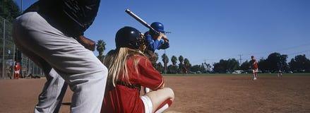 Baseball-Team Practicing On Ground With-Schiedsrichter Lizenzfreie Stockbilder