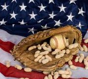 Baseball und amerikanische Flagge Stockbilder