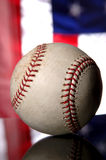 Baseball und amerikanische Flagge Stockfotos