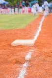 Baseball und Basis auf Baseballfeld mit dem Spielerüben Stockfotos
