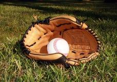 Baseball und Handschuh im Gras stockfotos