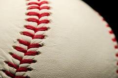 Baseball zamknięty z czerwonymi szwami up Fotografia Stock