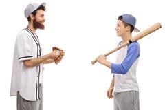Baseballa trener i nastolatek z kijem bejsbolowym Obrazy Stock