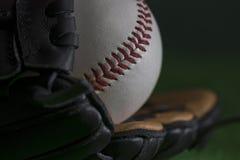 Baseballball in einem Baseballhandschuh Lizenzfreie Stockbilder