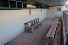 Baseballdugout i barnserien i basebollstadion arkivbild