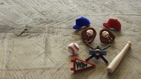 Baseballeinzelteile auf einem hölzernen Hintergrund stockbilder