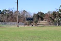 Baseballfunktionskort i avståndet med trädbakgrund arkivfoton