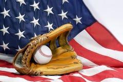 Baseballhandschuh, Kugel u. USA-Markierungsfahne Stockfoto