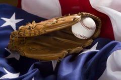 Baseballhandschuh, Kugel und amerikanische Flagge Stockbild