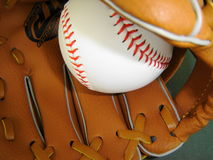 Baseballhandschuh und Baseball Stockfoto
