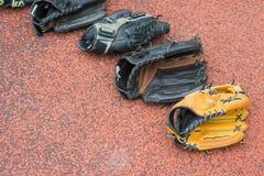 Baseballhandschuhe auf Gummihintergrund Lizenzfreies Stockbild