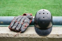 Baseballhandschuhe und Sturzhelm Stockfotografie