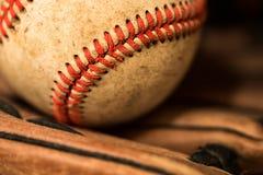 Baseballhandske med bollen Arkivbild