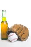 Baseballhandske och ölflaska Arkivfoto