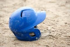 Baseballhjälm i sand arkivbilder