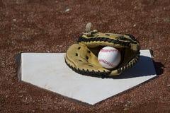 Baseballi łapaczy mitenka Z piłką Na Homeplate Obrazy Royalty Free