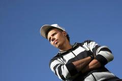 baseballmössa som ser den allvarliga tonåringen Royaltyfri Foto