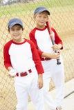 baseballpojkar som leker barn arkivfoto