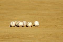 Baseballs in het Vuil in Pract Stock Fotografie