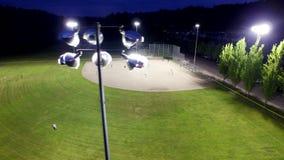 Baseballspiel auf einem Feld an einem Park am Abend stock footage