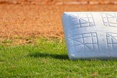 Baseballutrustning på fältet Arkivbild