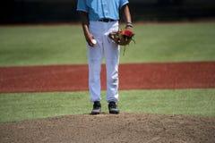 Baseballwerfer bereit, ein Abendbaseballspiel herein zu werfen lizenzfreie stockfotos