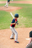 Basebol de observação do jogador adolescente no bastão Fotografia de Stock