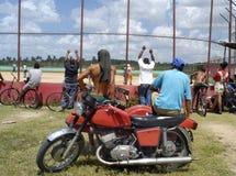Basebol de observação em Cuba Fotos de Stock Royalty Free