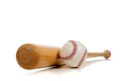 Basebol e bastão de madeira no branco foto de stock royalty free