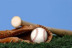 Basebol e bastão na grama Imagens de Stock