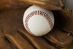 Basebol e luva velha. Imagens de Stock