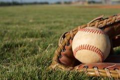 Basebol em uma luva Fotos de Stock Royalty Free
