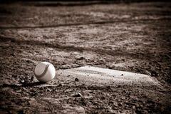 Basebol Homeplate com basebol nele Fotografia de Stock